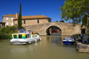 Frankreich, Departement Aude, Canal du Midi, alte Bruecke in Le Somail, Penichette P1107